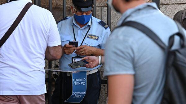 Посетители показывают свои сертификаты Covid-19 в Риме   - Sputnik Italia