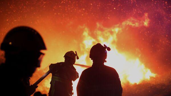 Французские пожарные тушат пожар - Sputnik Italia