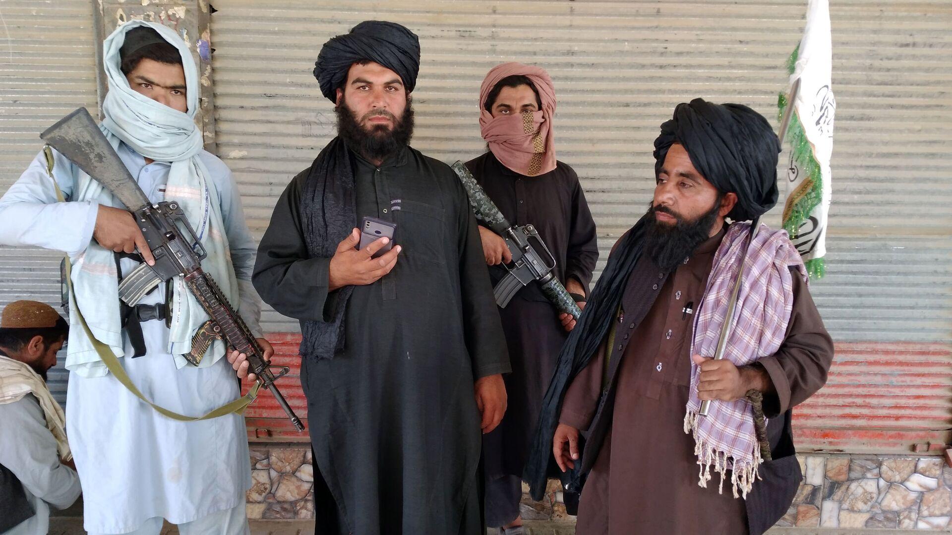 Combattenti talebani (organizzazione terroristica vietata in Russia) pattugliano le strade della città di Farah, la capitale della provincia di Farah, a sud-ovest di Kabul, in Afghanistan - Sputnik Italia, 1920, 21.08.2021