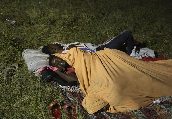 Le persone sfollate dalle loro case distrutte dal terremoto trascorrono la notte all'aperto nel giardino di un ospedale. - Sputnik Italia