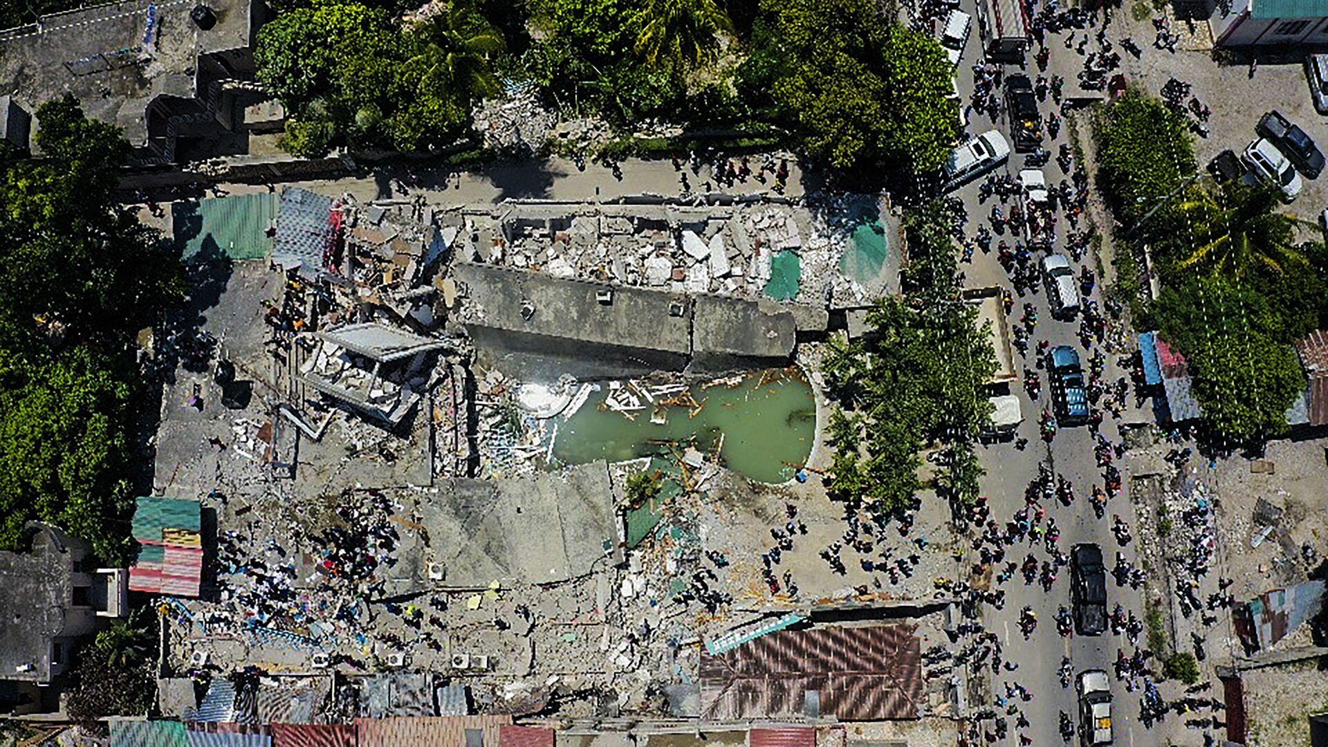 Разрушенный отель после землетрясения на Гаити  - Sputnik Italia, 1920, 15.08.2021