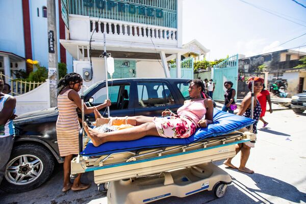 La Croce Rossa e i medici dagli ospedali stanno prestando soccorso ai feriti, mentre le autortià rivolgono ai cittadini haitiani un appello all'unità. - Sputnik Italia