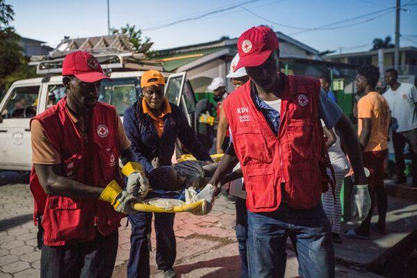 I paramedici della Croce Rossa trasportano una ragazza ferita dopo una delle scosse. - Sputnik Italia