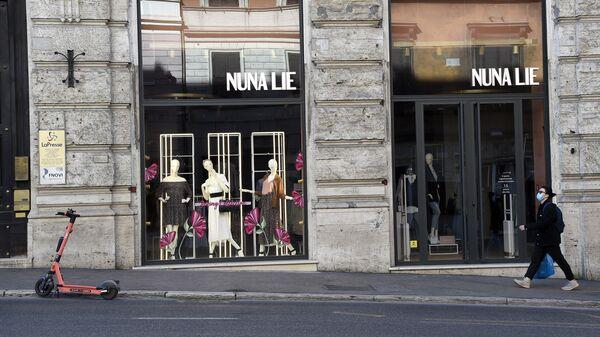 Девушка возле закрытого магазина Nuna Lie в Риме - Sputnik Italia