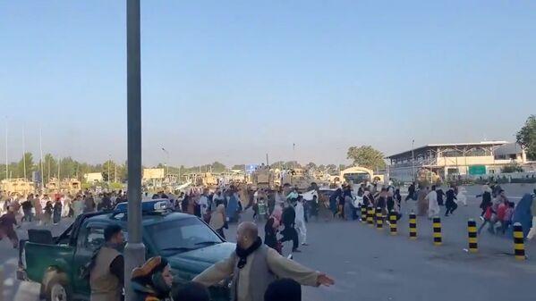 Sono almeno 5 le vittime del caos all'aeroporto mentre centinaia di persone tentavano di entrare con la forza a bordo di un aereo in partenza da Kabul. - Sputnik Italia