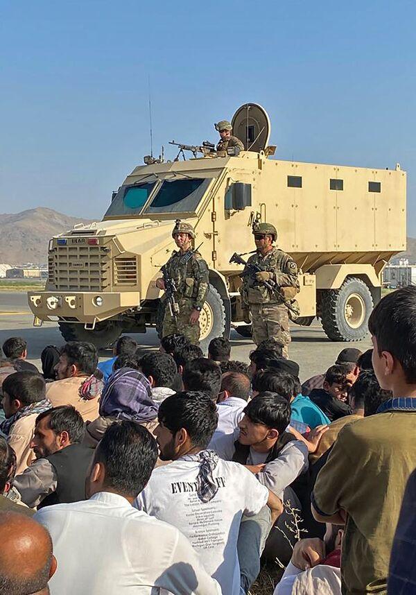 Le truppe statunitensi, che sono a capo dell'aeroporto, ieri hanno sparato in aria per disperdere la folla. - Sputnik Italia