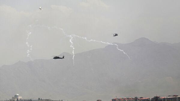 Американские военные вертолеты Black Hawk во время полета над Кабулом  - Sputnik Italia