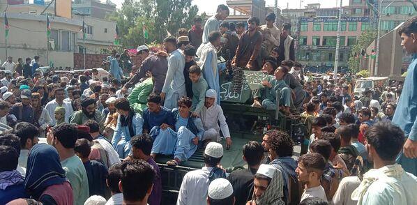 Intanto, i talebani hanno annunciato nella mattina di lunedì di avere sotto controllo oltre il 90% degli edifici statali. - Sputnik Italia