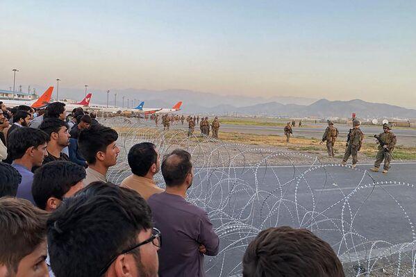 """Secondo il ministro degli Esteri Luigi Di Maio: """"In questo momento il volo dell'aeronautica militare con a bordo i nostri connazionali è partito da Kabul"""".  - Sputnik Italia"""