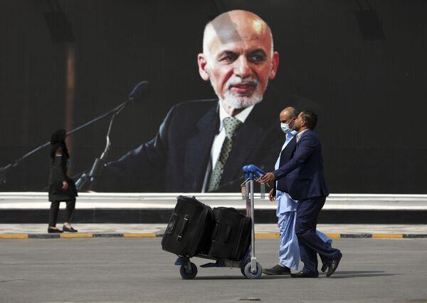 Il presidente afghano Ashraf Ghani, a seguito degli avvenimenti si è dato alla fuga in direzione di Tashkent, spiegando di aver preso tale decisione al fine di evitare ulteriori spargimenti di sangue, e ha annunciato anche le sue dimissioni. - Sputnik Italia