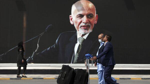 Пассажиры направляются к зоне вылета Международного аэропорта Кабула  - Sputnik Italia