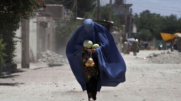 Афганская женщина с арбузами в Джелалабаде - Sputnik Italia