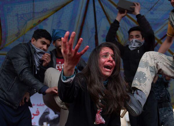 Attori afgani si esibiscono in una tragedia che raffigura il linciaggio nel 2015 a Kabul di una ragazza afghana di 27 anni Farkhunda Malikzada accusata di aver bruciato un Corano, Kabul, il 17 marzo 2016.  - Sputnik Italia