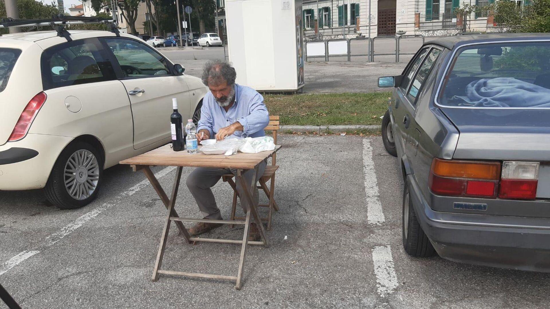 Poliziotto mangia nel parcheggio delle auto - Sputnik Italia, 1920, 19.08.2021