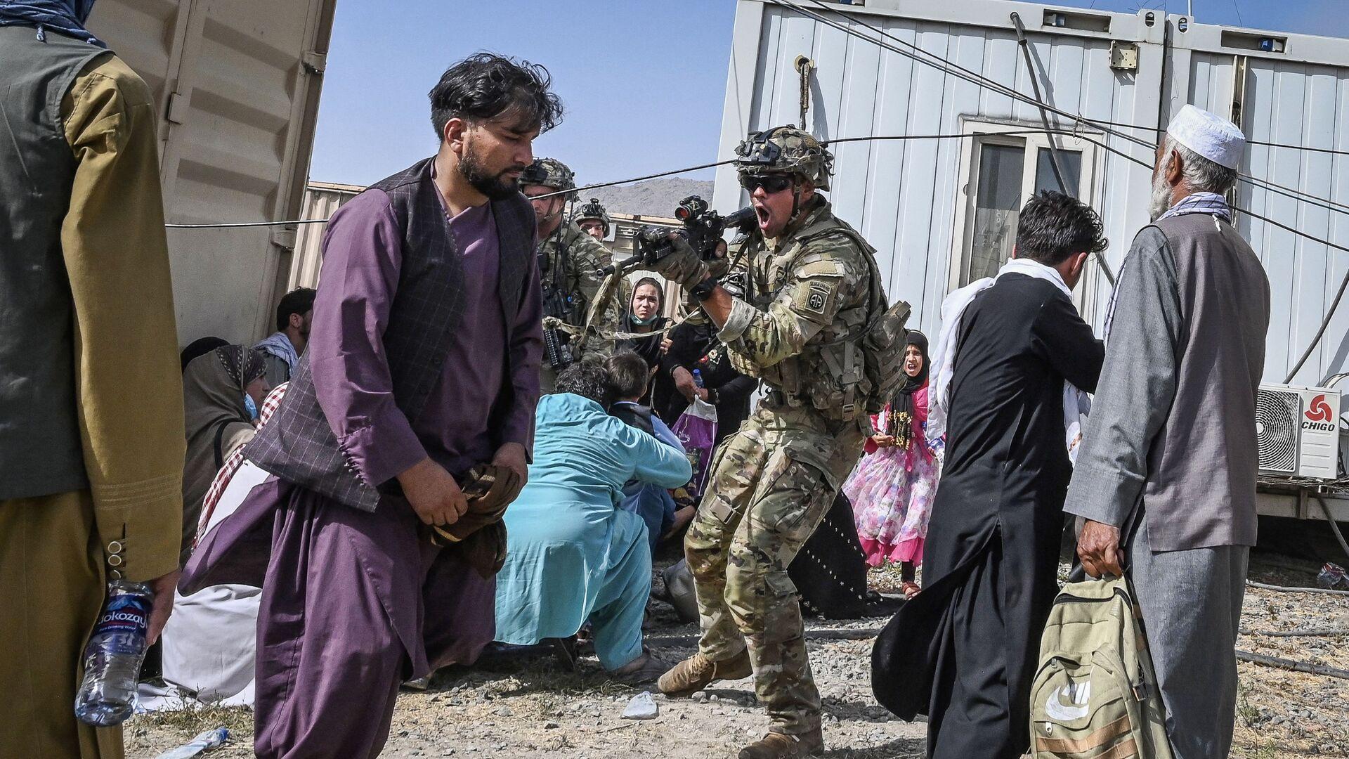 Американский солдат целится в афганцев в аэропорту Кабула  - Sputnik Italia, 1920, 21.08.2021