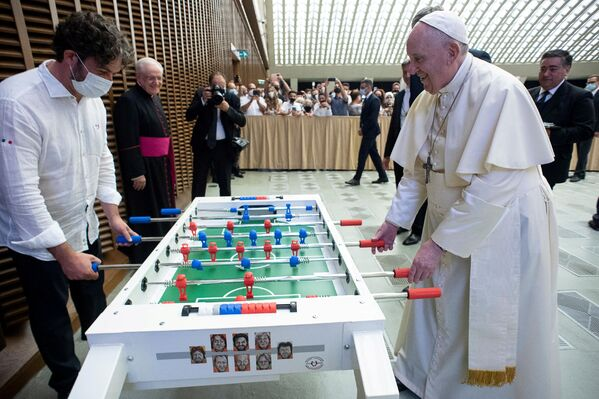 Papa Francesco gioca a calciobalilla durante l'udienza generale settimanale presso l'Aula Paolo VI in Vaticano, il 18 agosto 2021. - Sputnik Italia