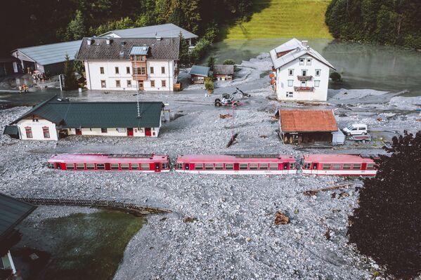 Un treno bloccato dopo l'inondazione a Wald im Pinzgau vicino a Salisburgo, in Austria, il 17 agosto 2021. Le tempeste hanno colpito gran parte dell'Austria dalla fine del 16 agosto causando frane e inondazioni. - Sputnik Italia