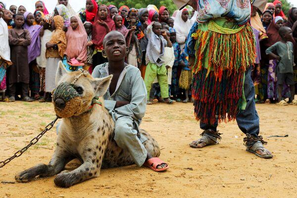 Dadin Duniya cavalca una iena durante un spettacolo circense a Gabasawa. - Sputnik Italia