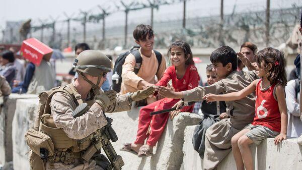 Американский солдат с детьми в аэропорту Кабула  - Sputnik Italia