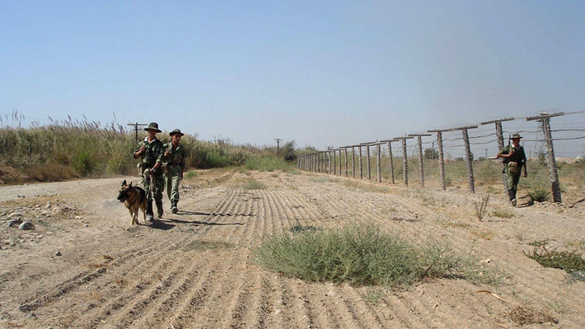 Guardie di frontiera tagike al confine con l'Afghanistan - Sputnik Italia, 1920, 23.08.2021