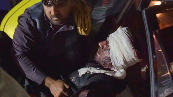 Медики помогают пострадавшим от двух мощных взрывов, произошедших в Кабуле - Sputnik Italia