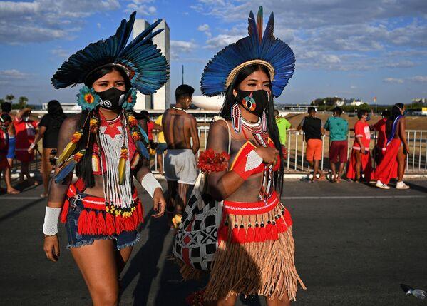I manifestanti indigeni si sono radunati a Brasilia in vista di una sentenza storica della Corte Suprema brasiliana sui diritti di territori. La protesta, a cui hanno partecipato migliaia di manifestanti indigeni, è considerata una delle più grandi del suo genere negli ultimi anni. - Sputnik Italia