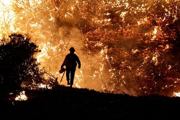 Un vigile del fuoco durante il Caldor Fire in California, USA. - Sputnik Italia