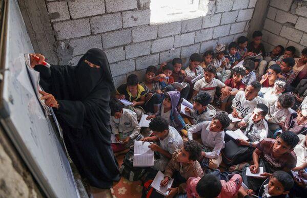 Gli studenti yemeniti frequentano le lezioni in edifici residenziali e commerciali convertiti in una scuola a Taez, Yemen.  - Sputnik Italia