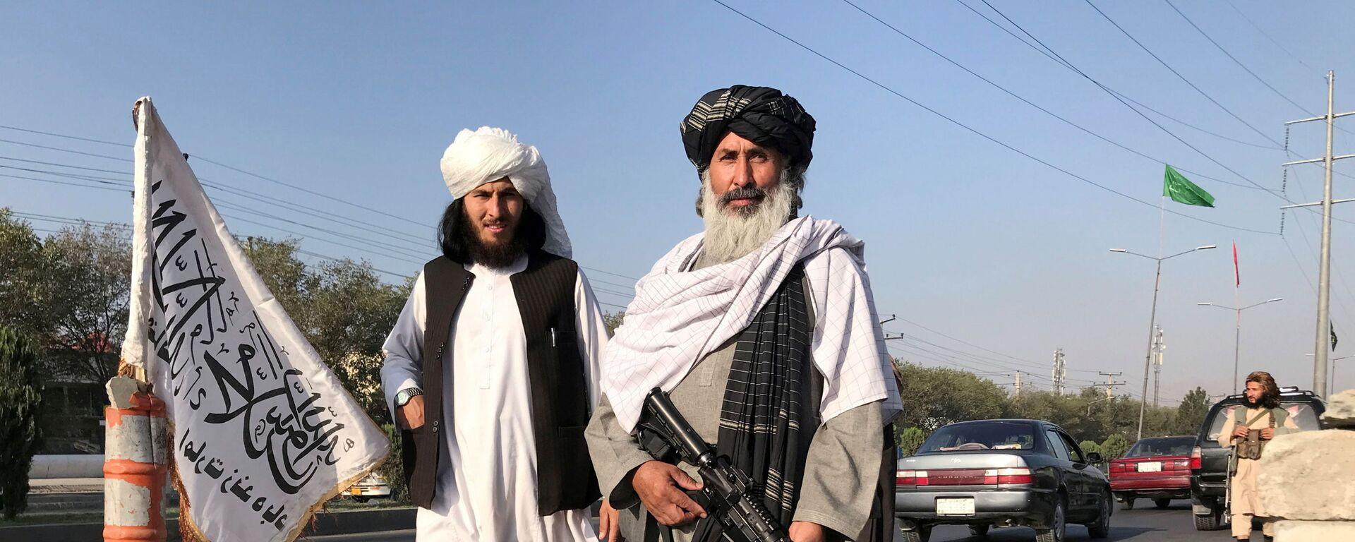 Un membro dei talebani con un M16 americano - Sputnik Italia, 1920, 08.09.2021