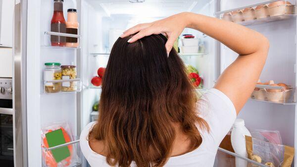 Девушка у холодильника - Sputnik Italia