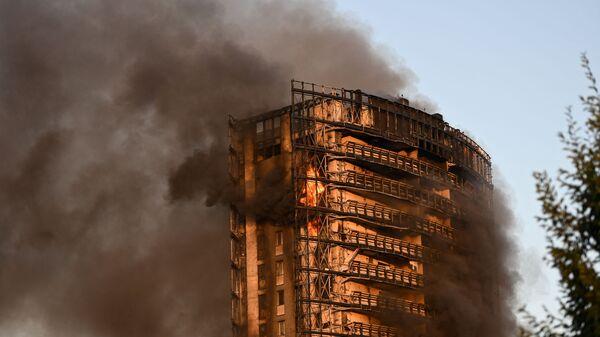 Жилой дом, разрушенный пожаром в Милане - Sputnik Italia
