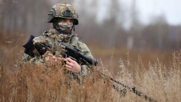 Снайпер спецназа ЦВО во время тактического учения на одном из полигонов Сибири - Sputnik Italia