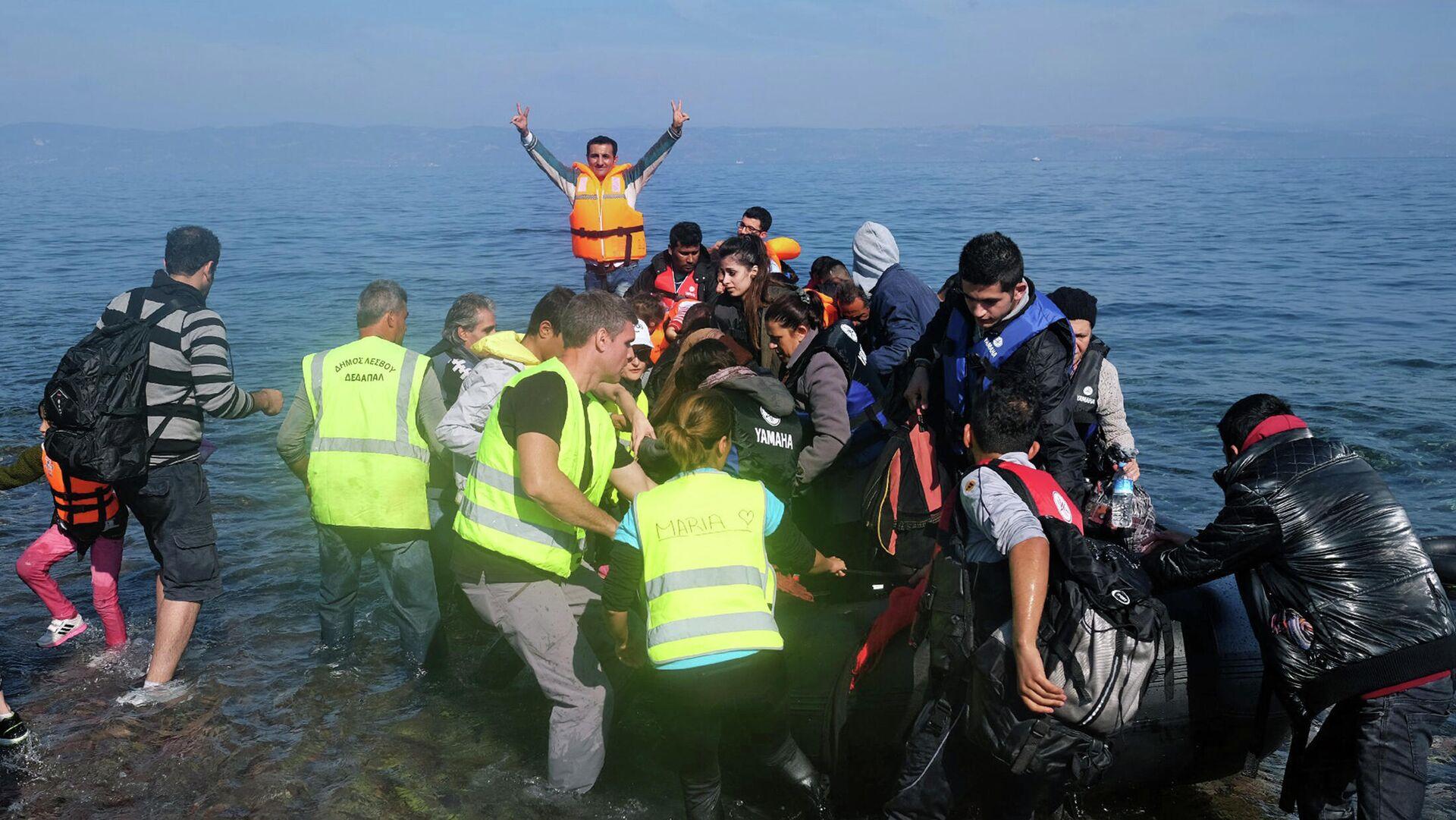 Gommone di migranti approda sulle coste greche - Sputnik Italia, 1920, 27.09.2021