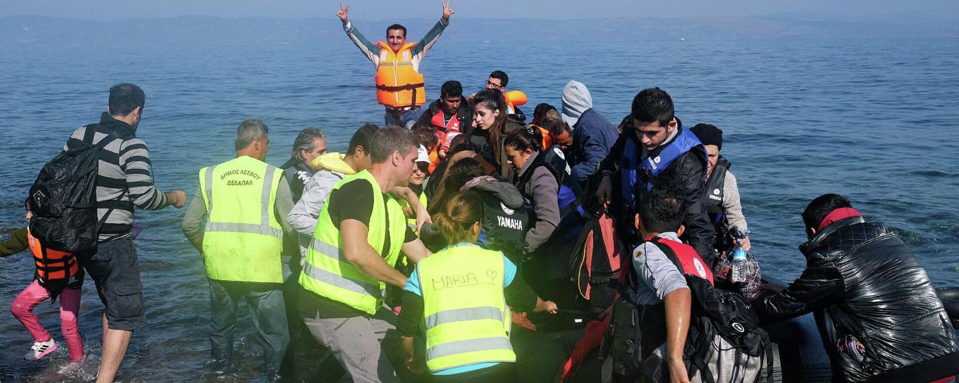 Gommone di migranti approda sulle coste greche - Sputnik Italia, 1920, 31.08.2021