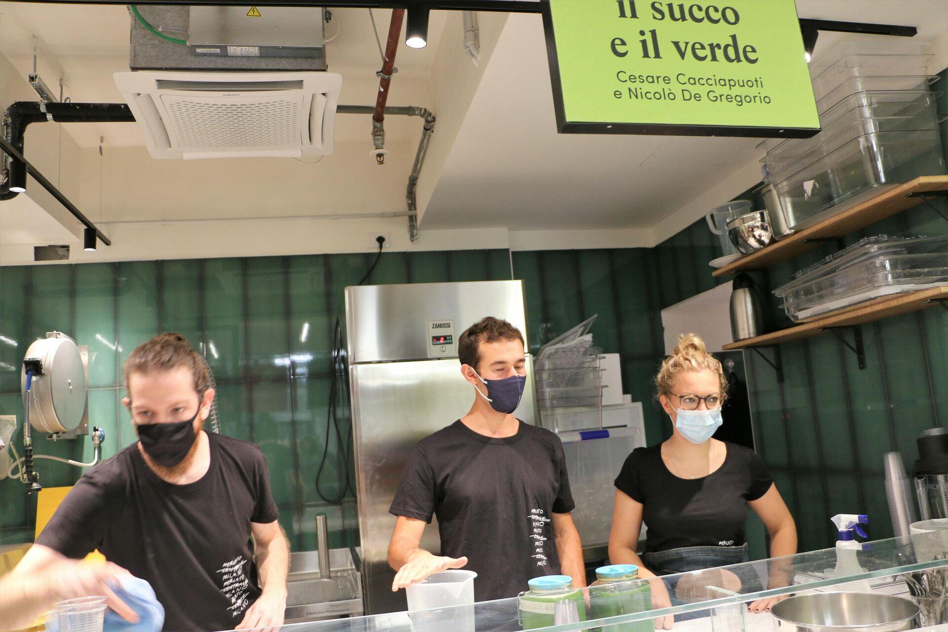 La bottega Il succo e il verde di Cesare Cacciapuoti e Nicolò De Gregorio al Mercato Centrale Milano - Sputnik Italia, 1920, 03.09.2021