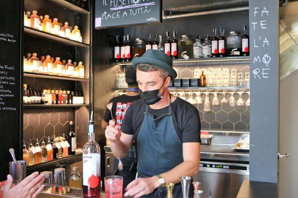 Un barista fa un cocktail al Mercato Centrale a Milano - Sputnik Italia