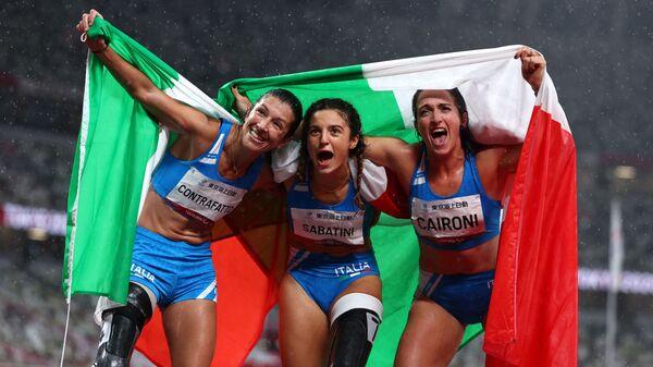 Итальянские легкоатлетки Амбра Сабатини, Мартина Кайрони и Моника Контрафатто, выйгравшие золото, серебро и бронзу соответственно на Паралимпийских играх в Токио - Sputnik Italia