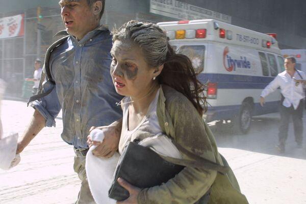 Alcune persone fuggono dalla zona vicino al World Trade Center di New York. - Sputnik Italia