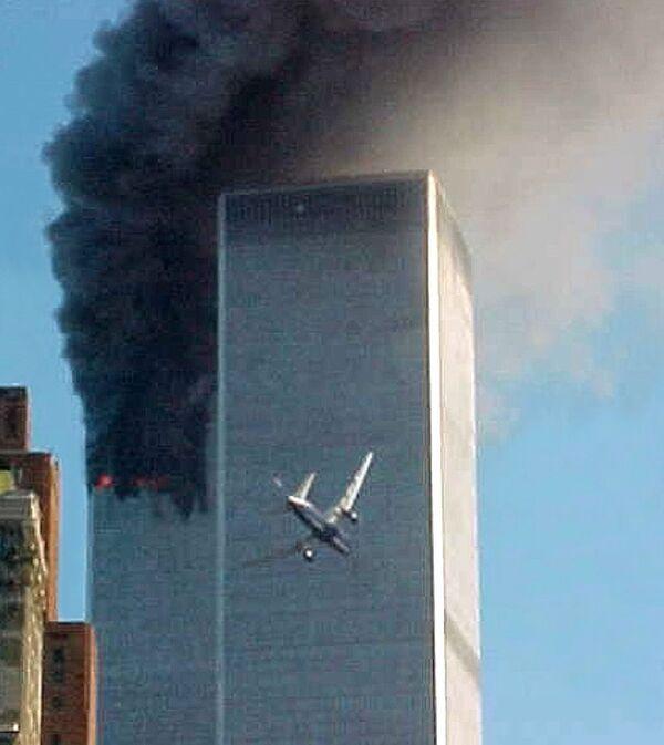 Un aereo si avvicina a una delle torri del World Trade Center a New York, 11 settembre 2001. - Sputnik Italia