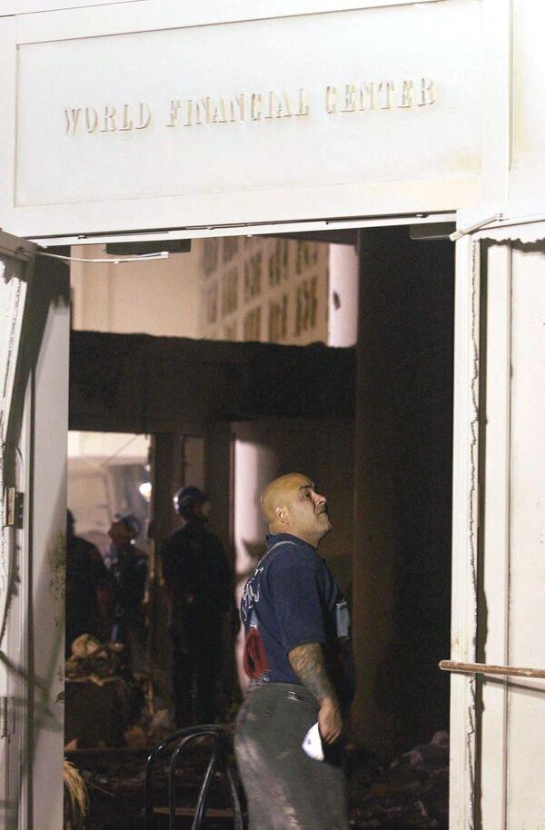 Un pompiere attraversa l'atrio distrutto del World Financial Center vicino al World Trade Center, 12 settembre 2001. - Sputnik Italia