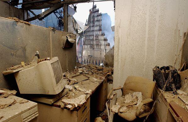 Un ufficio del World Trade Center pieno di polvere, il 25 settembre 2001, a New York. Le operazioni di ricerca e soccorso sono continuate per diversi giorni dopo l'attacco terroristico dell'11 settembre. - Sputnik Italia