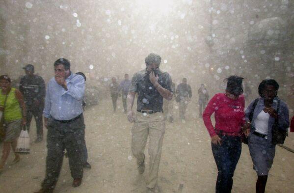 La gente scappa dal crollo delle torri del World Trade Center. - Sputnik Italia