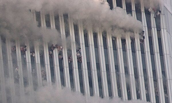 Alcune persone aggrappate alle finestre in frantumi della Torre Nord del World Trade Center dopo l'attacco terroristico. - Sputnik Italia