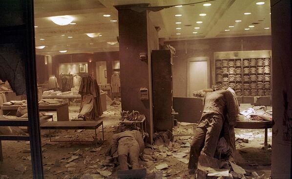 I manichini sul pavimento del negozio dei Brooks Brothers a New York, vicino al World Trade Center, dopo il crollo delle Torri Gemelle. - Sputnik Italia
