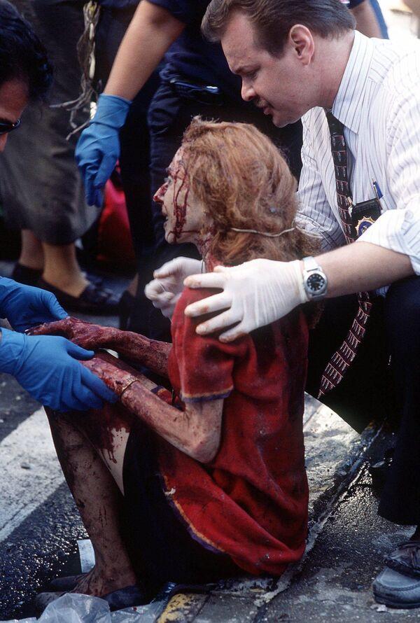 I soccorritori aiutano una donna ferita nell'attacco terroristico. - Sputnik Italia