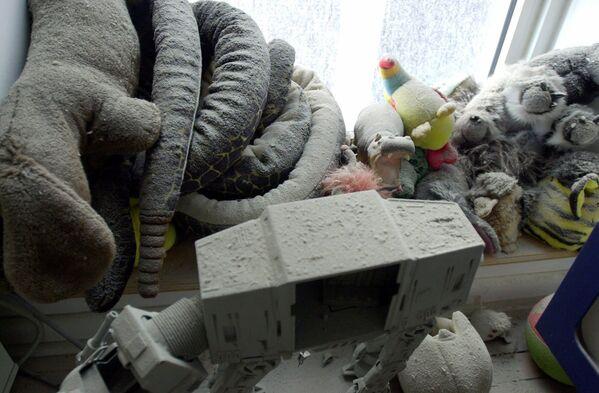 Giocattoli coperti di polvere e cenere nella camera da letto di un bambino nell'appartamento di Jerome e Joelle Bonnouvrier al 47 di West Street, vicino al sito del World Trade Center. - Sputnik Italia