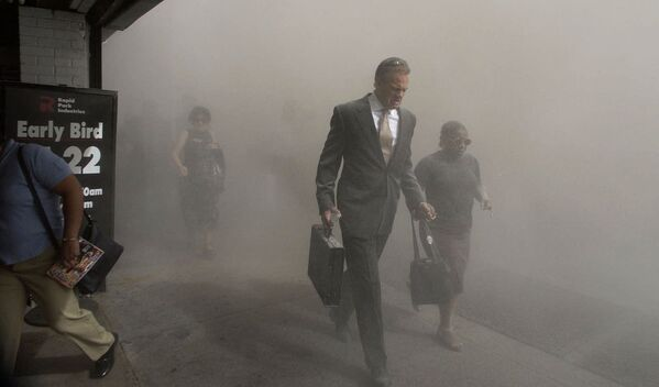 I pedoni di Beekman St. fuggono dall'area del World Trade Center crollato a Lower Manhattan a seguito di un attacco terroristico, 11 settembte 2001. - Sputnik Italia