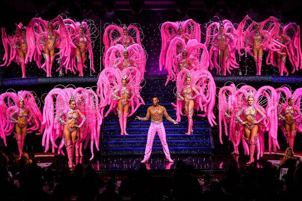I ballerini si esibiscono sul palco durante una prova generale al Moulin Rouge di Parigi l'8 settembre 2021, due giorni prima della riapertura del cabaret dopo una chiusura di 18 mesi a causa della pandemia di COVID-19.  - Sputnik Italia