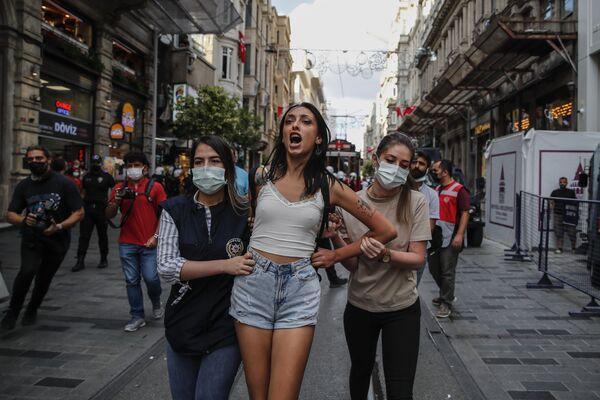 La polizia antisommossa ha fermato una persona durante le celebrazioni della Giornata mondiale della pace, a Istanbul, domenica 5 settembre 2021.  - Sputnik Italia