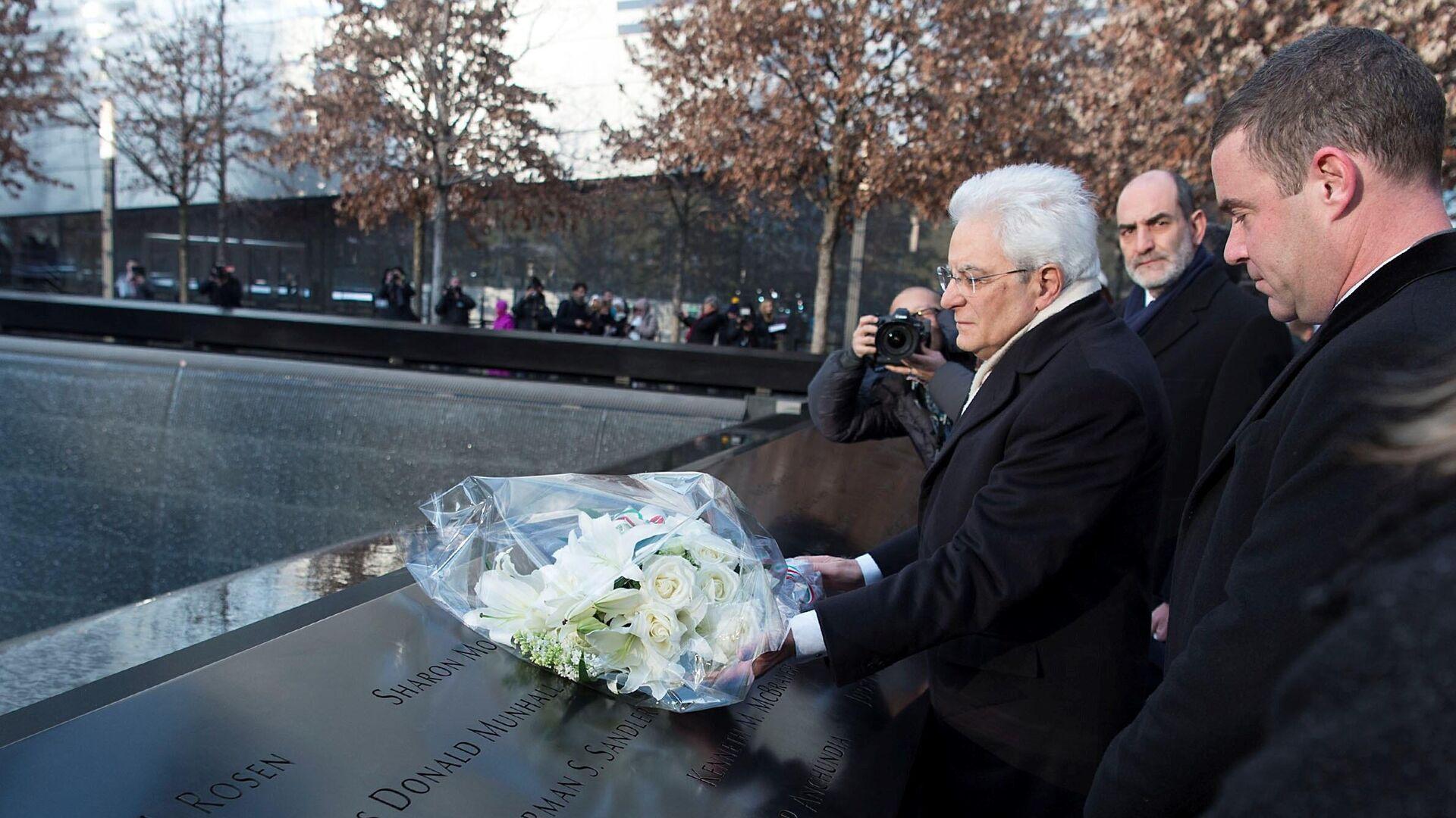 Il Presidente Sergio Mattarella depone un mazzo di fiori al Memoriale dell'11 settembre  - Sputnik Italia, 1920, 11.09.2021